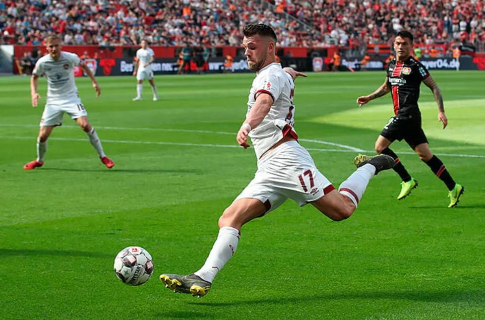 Защитник «Аугсбурга» Эдуард Левен ворвался в ленты: он забил в ворота «Шальке»