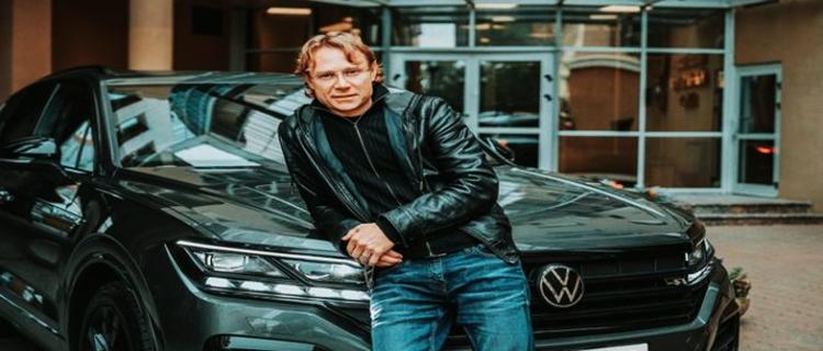 Спонсор сборной России подарил автомобиль Валерию Карпину